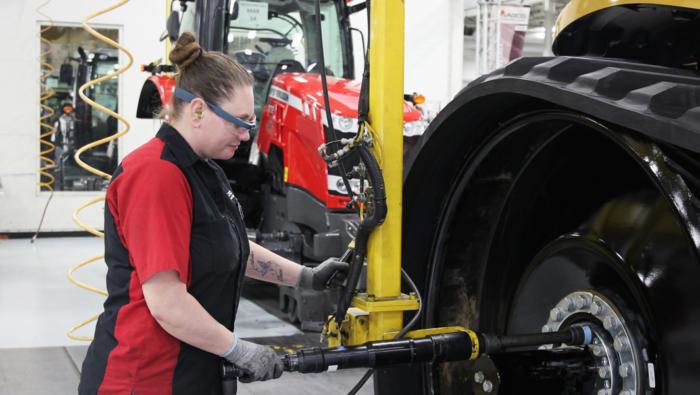 농업 설비 제조회사인 AGCO의 엔진 어셈블러 헤더 에릭슨은 조립 생산 라인에서 구글 글래스를 착용한다.