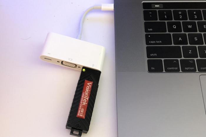 비전텍 USB 드라이브는 애플 USB-C VGA 멀티포트 어댑터(69달러)를 통해 2017 맥북 프로에 연결했다.