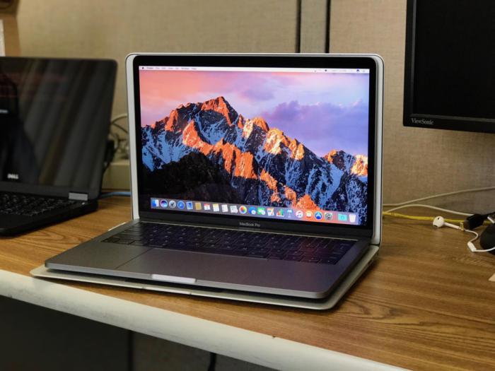 신형 13인치 맥북 프로를 맥북 에어 위에 올려놓았더니 더 작다.
